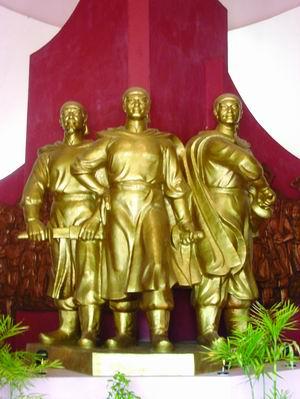 Tượng ba anh em nhà Tây Sơn. Nguồn: vietnamtourism.com