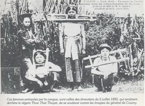 Những phụ nữ bị đóng gông này đã tham gia cuộc kháng chiến chống Pháp do Phụ Chính Đại Thần Tôn Thất Thuyết chủ xướng ngày 5 tháng 7 năm 1885 tại Huế vì Toàn quyền (tướng) De Courcy hống hách và muốn triều đình  Huế hoàn toàn khuất phục Pháp.  Những vị nữ anh hùng nàybị bắt tại chiến lũy Ba Đình. Pháp kêu họ là những nữ tướng cướp (femmes de pirates)