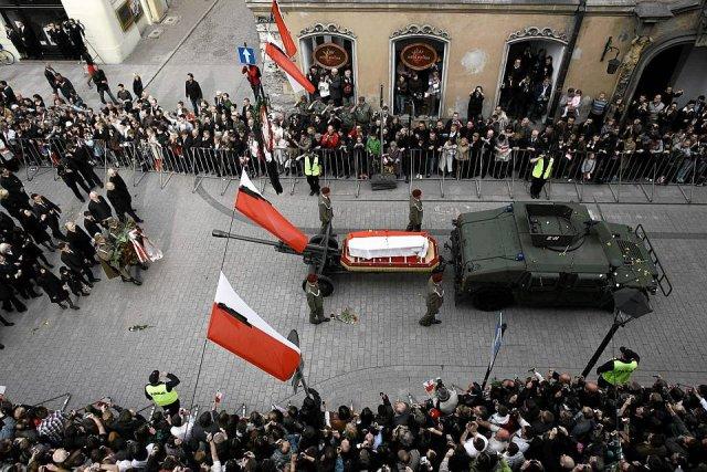 Tới Wawel, nơi an nghỉ cuối cùng  trên xe keo pháo