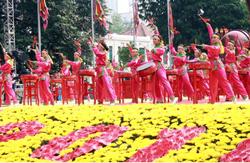 Biểu diễn văn nghệ chào mừng đại lễ. Ảnh: thanglonghanoi.gov.vn