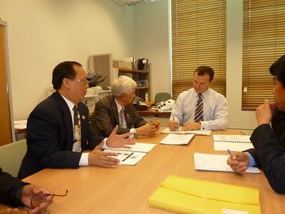 Ông Nguyễn công Bằng tường trình với Dân biểu Graham Perrett (Đảng Lao Động).