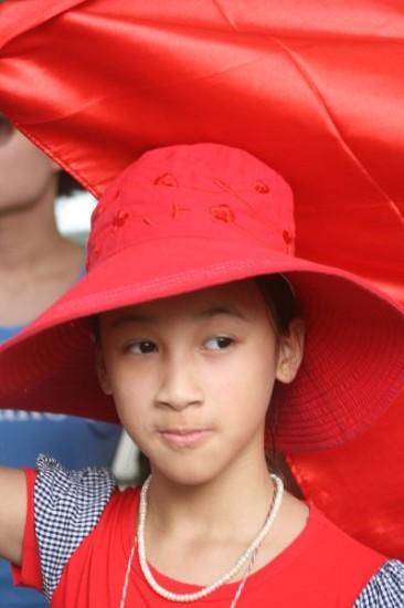 Một em nhỏ trong đoàn biểu tình sáng 12/6 tại Hà Nội. Ảnh NBG