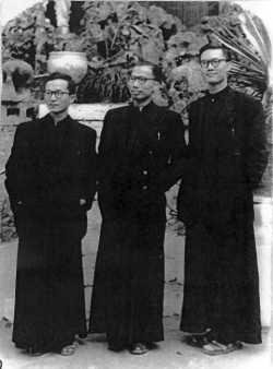 (Từ trái) Các Lm. Phạm Hân Quynh, Nguyễn Trọng Oánh, và Nguyễn Văn Thông trước khi đi du học tại Pháp (Hà Nội)