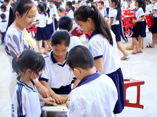 Học sinh Trường Tiểu học Trung Lập Thượng quyên góp tiền ủng hộ cho em Thẩm