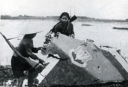 Hai cô dân quân bên xác B52. Tháng 12/ 1972. Ảnh Google