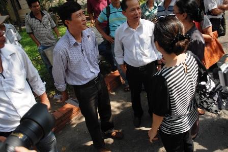 Nhà báo Hoàng Khương trao đổi với đồng nghiệp và vợ (trước phiên xử ông được tại ngoại để chịu tang mẹ)