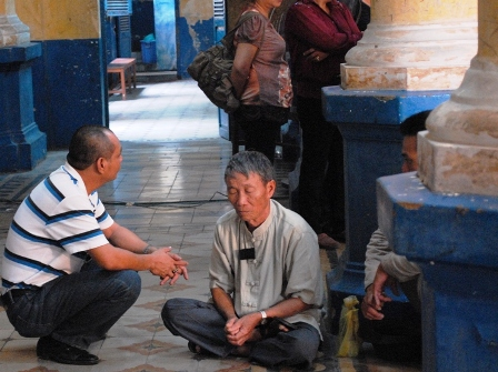 Cha nhà báo Hoàng Khương ngồi bên ngoài tòa với 2 nỗi đau, vợ mới mất và con vào tù.