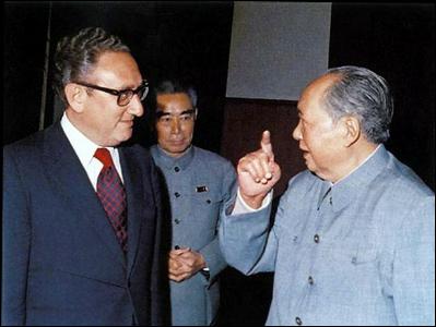 Hiệp Định Paris 1973 được thỏa hiệp tại Bắc Kinh, chứ không phải tại Paris. Từ trái: Cố Vấn An Ninh Quốc Gia Henry Kissinger, Thủ Tướng Chu Ân Lai, và Chủ Tịch Mao Trạch Đông, Bắc Kinh, 1972.