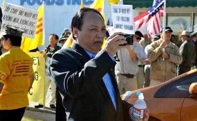 Ông Ngô Kỷ, người gần như không bao giờ vắng mặt tại các cuộc biểu tình tại địa phương, có mặt tại cuộc biểu tình Người Việt. (Hình: Dân Huỳnh/Người Việt)