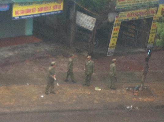 Người Buôn Gió vẫn băt tin. Bức ảnh cuối cùng post từ cửa khách sạn, nơi khoảng 20 công an canh giữ bên dưới hôm 7/1/2013