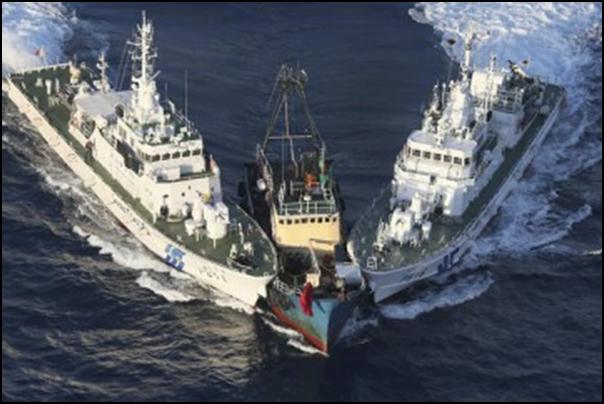 Hình (The Atlantic): Hai tầu tuần duyên Nhật chặn bắt một thuyền chở những người vận động Trung Quốc từ Hồng Kông đến gần hải đảo Senkaku/Diaoyu vào 15-8-2012.