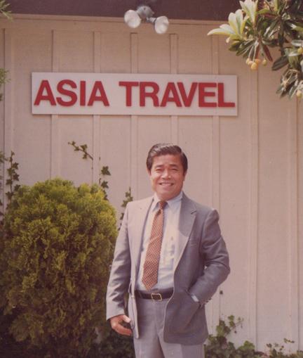 Ông Trần Tư tại Công Ty Du Lịch của mình tại Hoa Kỳ