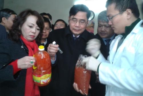 Bộ trưởng Nguyễn Thị Kim Tiến và Bộ trưởng Bộ NN&PTNT Cao Đức Phát kiểm tra an toàn vệ sinh thực phẩm ở chợ Đồng Xuân, Hà Nội ngày 5/1 (ảnh: báo Công Thương)
