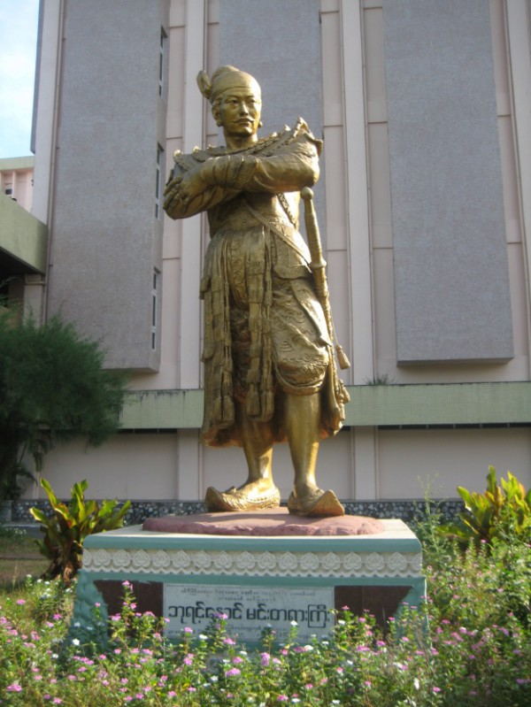 Tượng Vua Bayinnaung Nawrahta (1516-1581) lập ra Vương quốc Toungoo