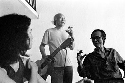 Từ trái qua: ca sĩ Lệ Thu, nhạc sĩ Hoàng Hiệp và Trịnh Công Sơn năm 1992. Ảnh: Dương Minh Long, vnexpress.net