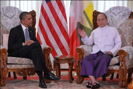 Hình (ABC): Tổng Thống Miến Điện Thein Sein (phải) gặp gỡ Tổng Thống Barack Obama tại Tòa Nhà Trắng nhân dịp ông viếng thăm Hoa Kỳ vào tháng 11, 2012.  Việc cải tổ chính trị và phát triển dân chủ do Tổng Thống Thein Sein chủ trương đã được toàn dân Miến Điện hoan nghênh và được các nước tự do dân chủ trên thế giới hỗ trợ.