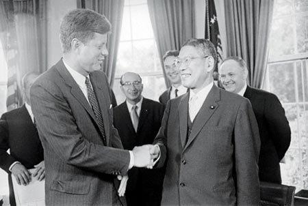 Ikeda Hayato và John Kennedy (trái)
