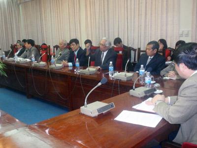 Phái đoàn nhân sĩ trí thức do ông Nguyễn Ðình Lộc, nguyên bộ trưởng Bộ Tư Pháp CSVN dẫn đầu đến Quốc Hội trao bản thỉnh nguyện 7 điểm về sửa hiến pháp. (Hình: Ba Sàm)