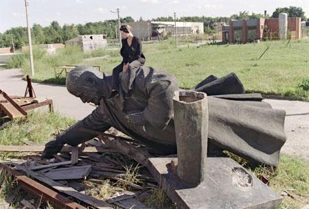 Năm 1991, khi đảng cộng sản tan rã ở Liên Xô, tất cả các bức tượng Lenin bị vứt bỏ / phá hoại. Đây là hình của một trong những tượng Lenin ở Nga, biểu tượng của chủ nghĩa cộng sản, đã được hạ xuống.