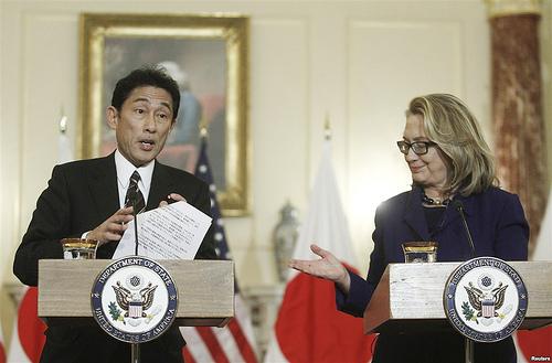 Hình (Reuters): Ngoại Trưởng Nhật Fumio gặp Ngoại Trưởng Hoa Kỳ Hilary Clinton trong lần viếng thăm Washington vào giữa tháng 1, 2013. Hoa Kỳ tuyên bố không ủng hộ bất cứ một hành động đơn phương nào về cuộc tranh chấp lãnh hải giữa Trung Quốc và Nhật Bản.