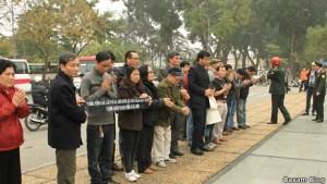 Một số nhân sĩ trí thức ở Hà Nội phải đứng ngoài đài Tưởng niệm các liệt sỹ để bái vọng