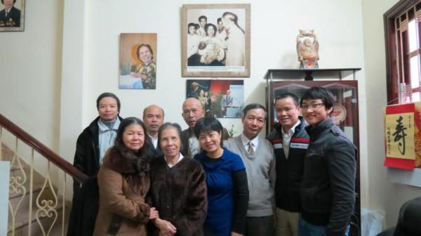 Khởi đầu chuyến đi chúc tết là đến thăm cụ bà Lê Hiền Đức