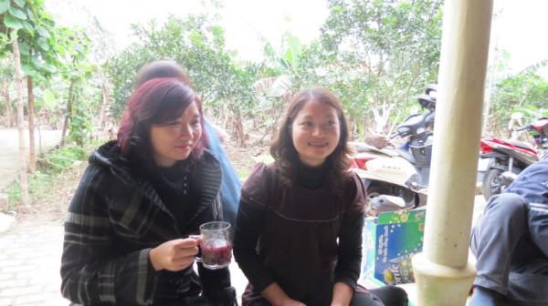 Từ trái sang: vợ Nguyễn Văn Đài, vợ Phạm Văn Trội.  Nhìn họ, tôi lại nhớ vợ những người cách mạng tháng Chạp ở Nga thời Sa Hoàng.