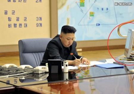 Bức ảnh thứ 2 mà báo Rodong của Đảng Lao động Triều Tiên đăng tải hôm nay tiết lộ số lượng phi đội bay mà Bình Nhưỡng dự kiến triển khai nếu tấn công lục địa Mỹ. Đồng thời, khoanh tròn màu đỏ trong bức ảnh đánh dấu chiếc máy tính iMac của hãng Apple trên bàn làm việc của nhà lãnh đạo Kim Jong-un.