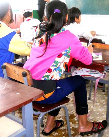 Nhiều em ngồi học mà quần sũng nước. Cô Lưu Nguyễn Thúy Ly, giáo viên Tiểu học Sơn Ba bộc bạch, thương học trò nghèo, có hôm các giáo viên trích tiền lương hỗ trợ các em tiền phí qua cầu nhưng chỉ vài hôm sau hết tiền là các em lại phải lội sông Re để rồi vừa học vừa run.
