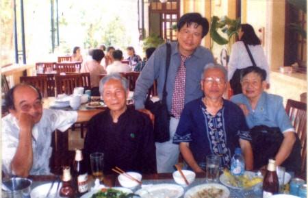 Ảnh chụp tại Đại hội 8 Nhà văn Việt Nam (31/8/2010) Từ trái sang phải: Nhà văn Nguyễn Hiếu, nhà văn Hoàng Tiến, nhà văn Trần Mạnh Hảo, nhà thơ Bùi Minh Quốc