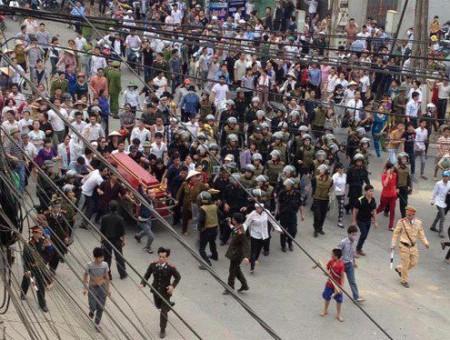 Khiêng quan tài Nguyễn Anh Tuấn đòi công lý ở Vĩnh Phúc