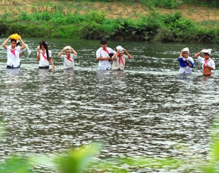 Đành lội sông sâu đến trường