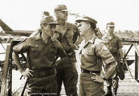 Trung Tướng Ngô Quang Trưởng (trái)