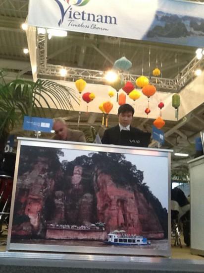 Ảnh tượng Lạc Sơn Đại Phật (Trung Quốc) nằm ngay trong gian hàng chung Việt Nam tại Hội chợ du lịch quốc tế ITB 2013 diễn ra ở Berlin, CHLB Đức - Ảnh: Một doanh nghiệp cung cấp