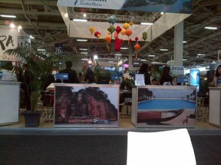 Trước bàn làm việc của doanh nghiệp du lịch Việt Nam ở ITB 2013 đều được thiết kế một bức ảnh khổ lớn giới thiệu địa danh du lịch nổi tiếng - Ảnh: Một doanh nghiệp cung cấp