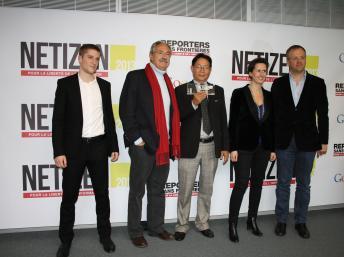 Blogger Huỳnh Ngọc Chênh (G) và các đại diện của RSF và Google France trong lễ trao giải thưởng Netizen 2013, Paris, 12/03/2013 RFI/Thanh Phương