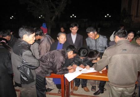 Giáo dân Xứ Ngọc Long, GP Vinh nô nức ký tên vào bản Kiến nghị sửa đổi Hiến Pháp của nhân sĩ trí thức. Hình Nuvuongcongly.net