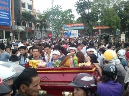 Hàng ngàn người dân đã cùng gia đình nạn nhân xuống đường