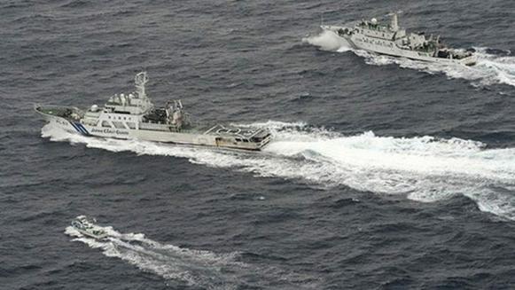 Trong thời gian qua, tàu thuyền Trung Quốc và Nhật Bản thường xuyên có những cuộc vờn đuổi, gầm ghè nhau đầy căng thẳng trên vùng biển tranh chấp.