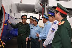 Bộ trưởng Phùng Quang Thanh thăm cảnh sát biển (Ảnh  báo Lao Động)