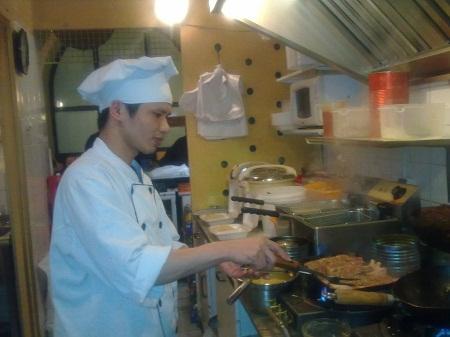 Anh Nguyễn Văn Tuyến đang đứng bếp tại Ba Lan