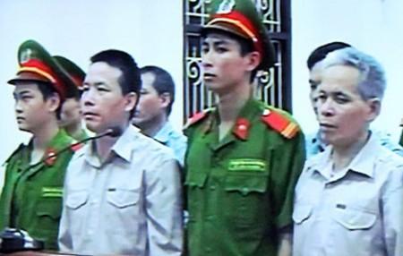 Các bị cáo nghe VKS luận tội, đề nghị mức án tại phiên xử sáng 4/4. Ảnh chụp qua màn hình: Hà Anh
