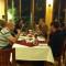 Nhóm khách Tây đang ăn tối