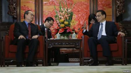 Phó Thủ tướng Việt Nam Nguyễn Thiện Nhân (trái) trong một cuộc họp với Thủ tướng Trung Quốc Lý Khắc Cường tại Bắc Kinh