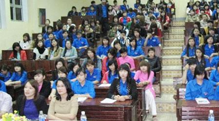 Sinh viên Trường Đại học Hà Tĩnh sôi nổi thảo luận việc góp ý sửa đổi Hiến pháp 1992.