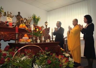 Ông đại sứ và phu nhân trong nghi lễ nhập hồn vào tượng. Ảnh:ĐCV