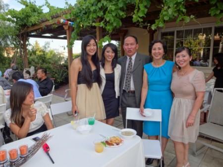 Chú rể với bà mai Hồng Vân và hai cô con gái (trái)