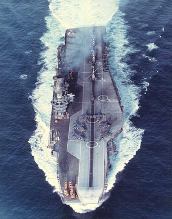 Ấn Độ tự tin với sức mạnh hải quân sẽ đủ sức bảo vệ các lợi ích chiến lược của mình. Ảnh: Tàu sân bay Viraat của hải quân Ấn Độ (internet)