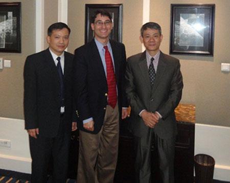 Luật sư Nguyễn Văn Đài, Ngài Frank Jannuzi (phó chủ tịch tổ chức ân xá quốc tế) và Bác sĩ Phạm Hồng Sơn