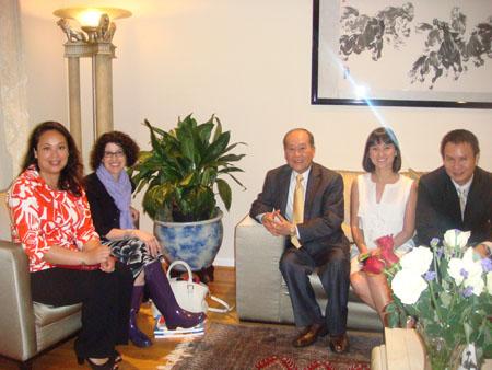 Từ trái qua phải : DS Eva Nguyễn, bà TLS Rena Bittẻ, BS Nguyễn Quốc Quân, cô Tường Vi và BS Đỗ Minh Thiệu
